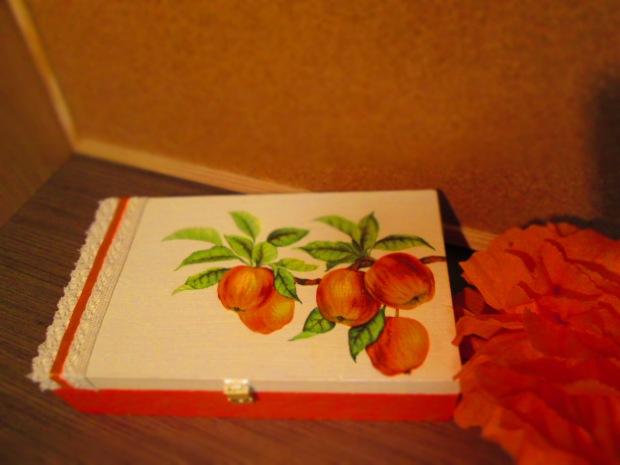 kuferek decoupage jabłuszka